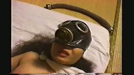 おどろおどろしいガスマスクを着けた奇妙な女をファックしまくる