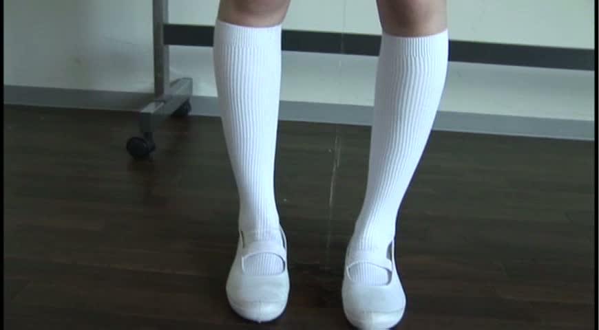 白いロングソックスがおしっこで濡れる!!おもらし動画 おもらし!おしっこ我慢&痴漢無料動画紹介